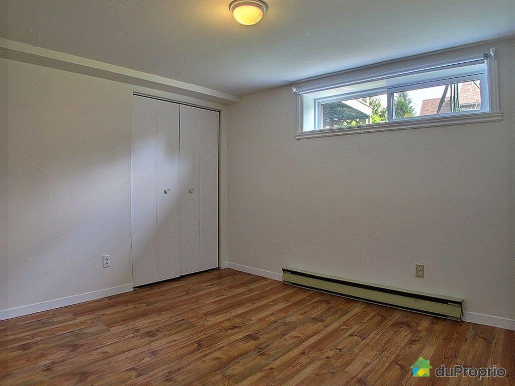 fenetre de sous sol pose duun linteau audessus duune fentre du soussol with fenetre de sous sol. Black Bedroom Furniture Sets. Home Design Ideas