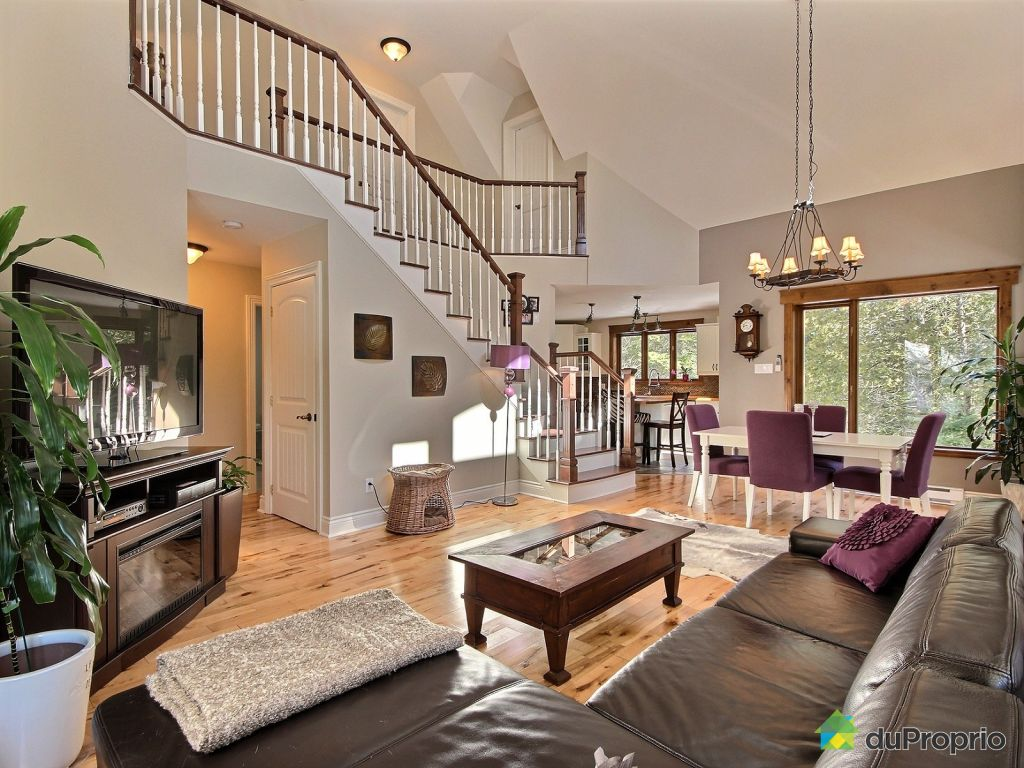 Wonderful Home With Cathedral Ceiling