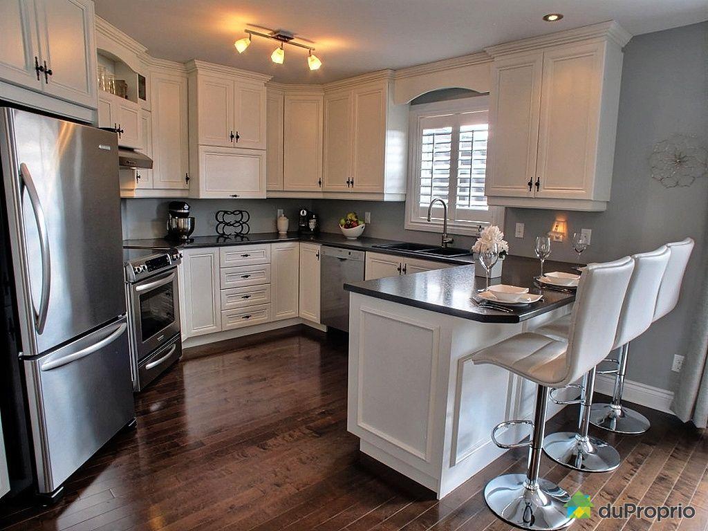 Armoire de cuisine en bois usage a vendre maison moderne for Armoire de cuisine st jean sur richelieu