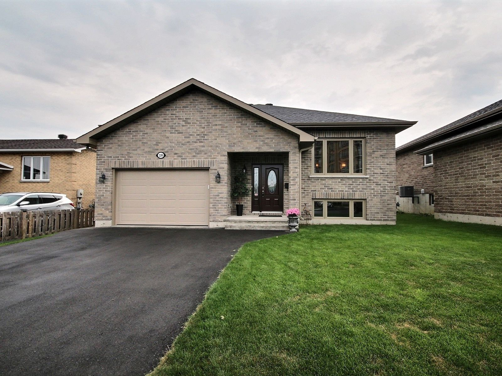 raised bungalow for sale in cornwall 1159 montreal road comfree 718282. Black Bedroom Furniture Sets. Home Design Ideas