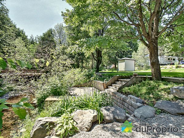 Front Yard - 24 rue Lafontaine, Bromont for sale