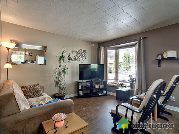 Salon - 47, rue Sainte-Ursule, Amqui à vendre