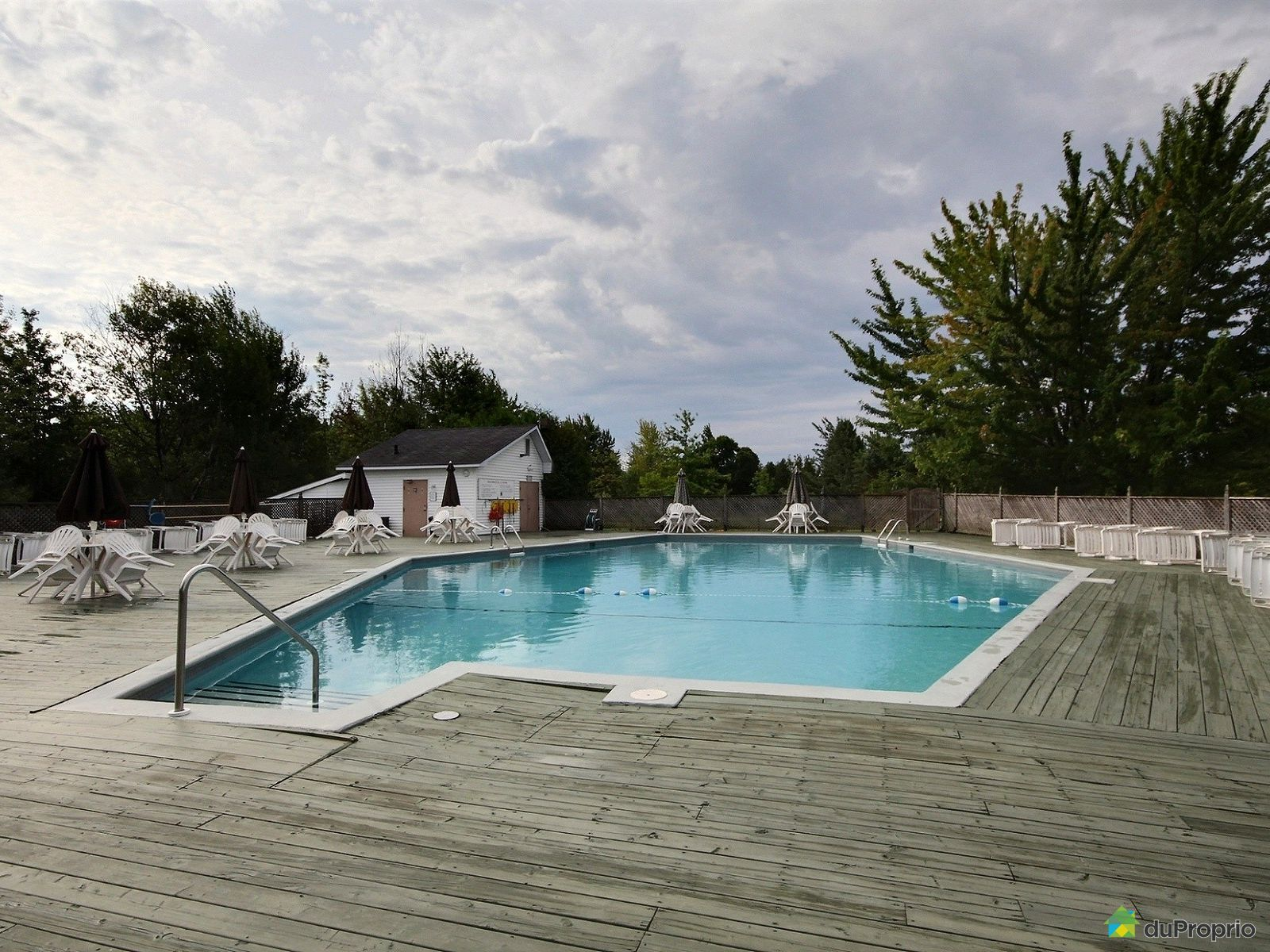 Condo vendre magog 301 2100 place du club memphr for Club piscine lasalle