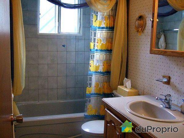 Triplex vendu laval des rapides immobilier qu bec for Accessoire salle de bain laval