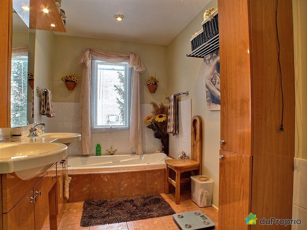 Triplex vendre montr al 11824 rue h nault immobilier for Salle de bain montreal